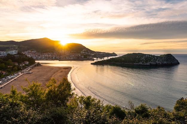 Zonsondergang bij lekeitio, bizkaia; baskenland