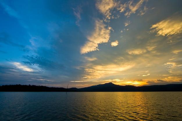 Zonsondergang bij meer dicht bij het strand, ten oosten van thailand