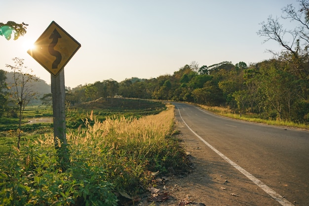 Zonsondergang bij plattelandsweg