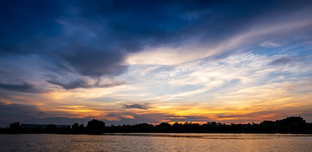Zonsondergang bij rivieroever