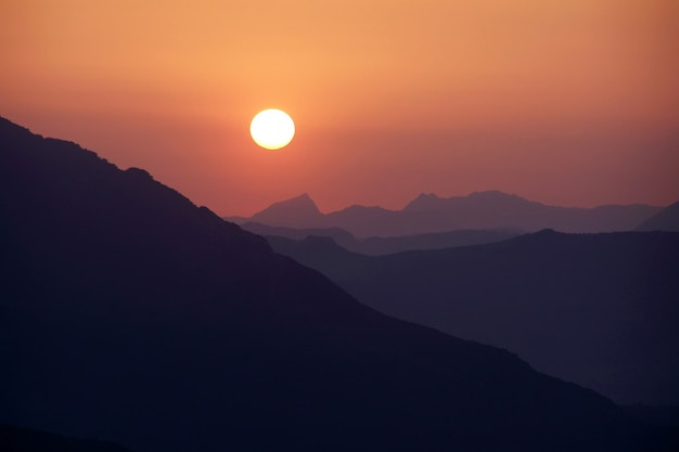 Zonsondergang boven de berg
