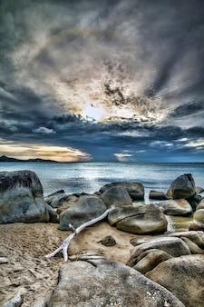 Zonsondergang boven de zee