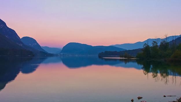 Zonsondergang boven het bohinj-meer, slovenië. magische avondkleur van