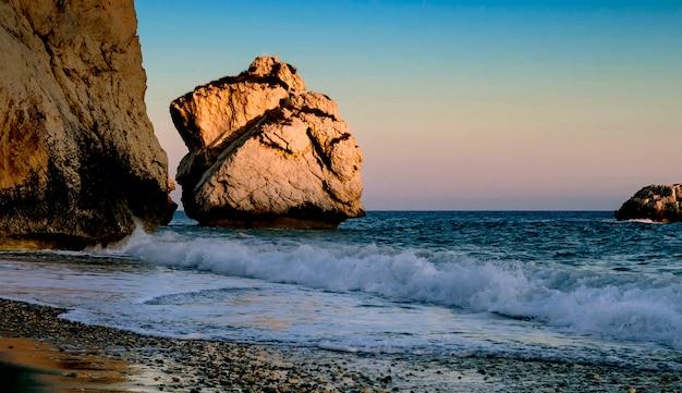 Zonsondergang dichtbij petra tou romiou, cyprus, district paphos