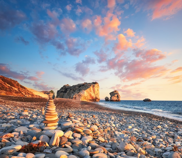 Zonsondergang dichtbij petra tou romiou, cyprus, paphos