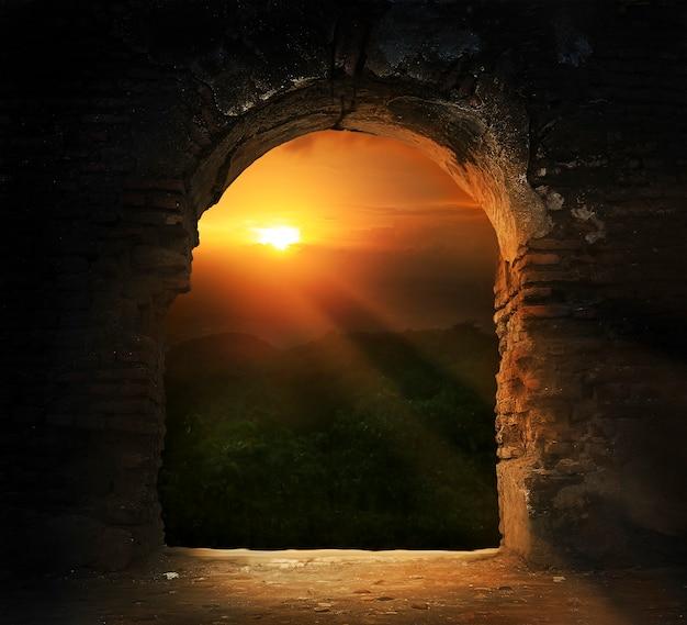 Zonsondergang door brugdeur