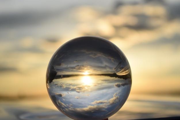 Zonsondergang door de lensbal