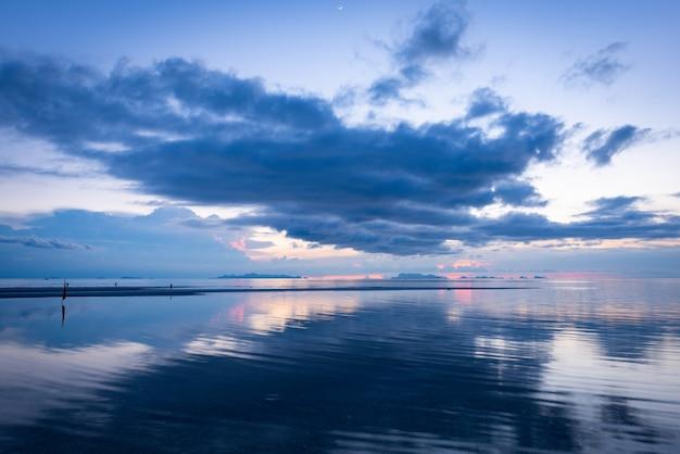 Zonsondergang dramatische tropische grote regen wolk blauwe lucht en zee