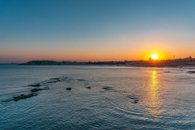 Zonsondergang en landschap op zeeniveau