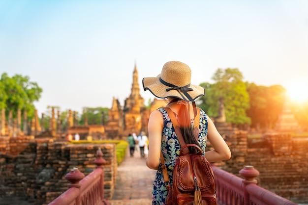Zonsondergang en licht in het historische park van sukhothai