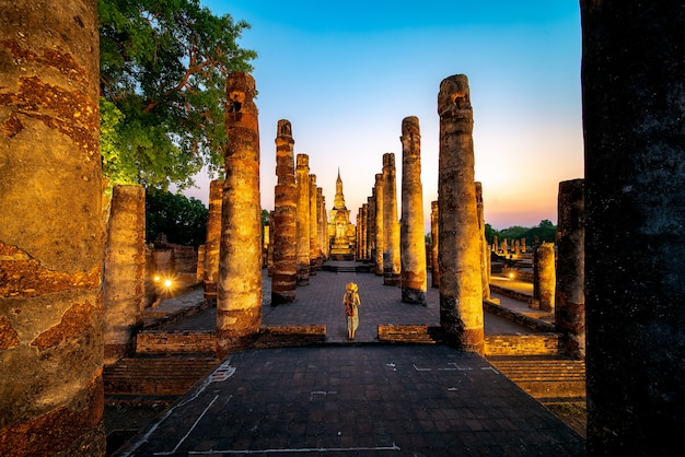 Zonsondergang en licht in sukhothai historisch park