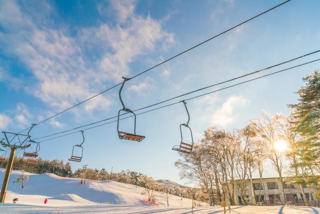 Zonsondergang en skilift gaan over de berg