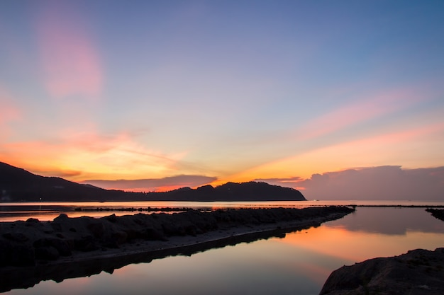Zonsondergang en strand met zonsopgang