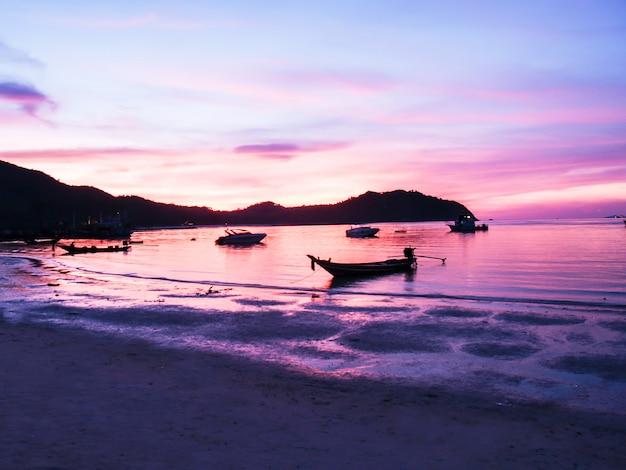 Zonsondergang en strand mooi in koh phangan, surat thani, thailand thailand