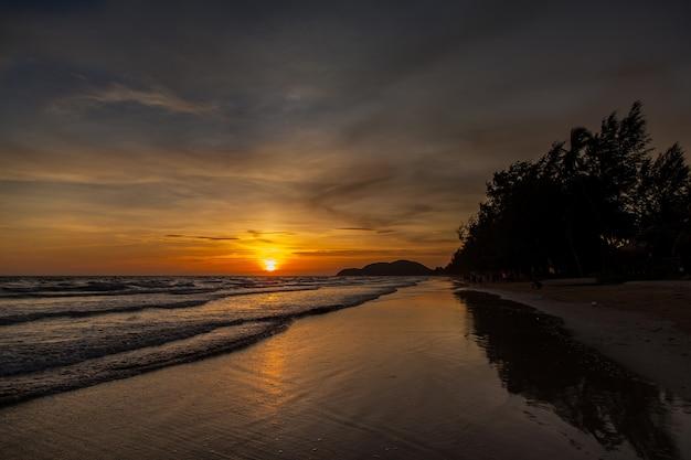 Zonsondergang en zee golven, mooie gouden zonsondergang aan zee. , zee zonsondergang