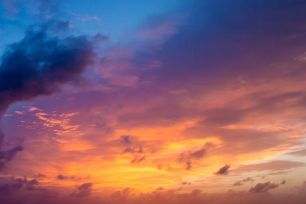 Zonsondergang en zonsopganghemel. oranje avondrood. mooie lucht.