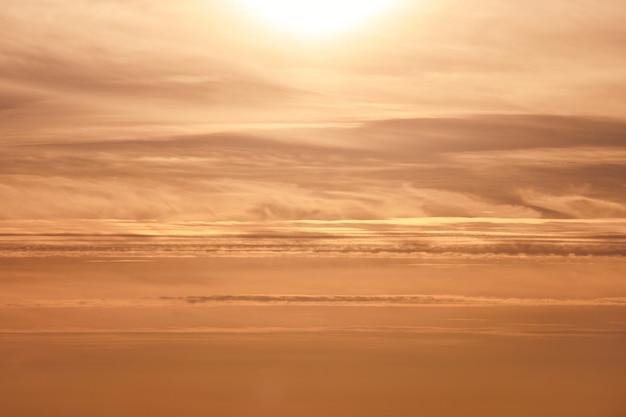 Zonsondergang hemel. kleurrijke dramatische hemel bij zonsondergang.