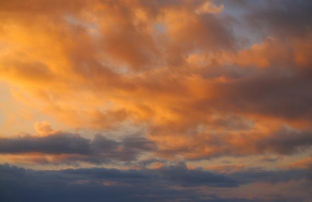 Zonsondergang hemel wolken oranje en blauw
