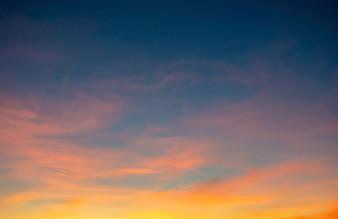 Zonsondergang het avondlicht door de wolken
