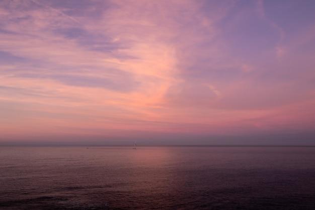 Zonsondergang horizon en zee