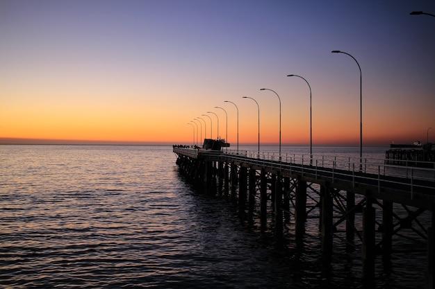 Zonsondergang in breed strand, valparaiso, chili
