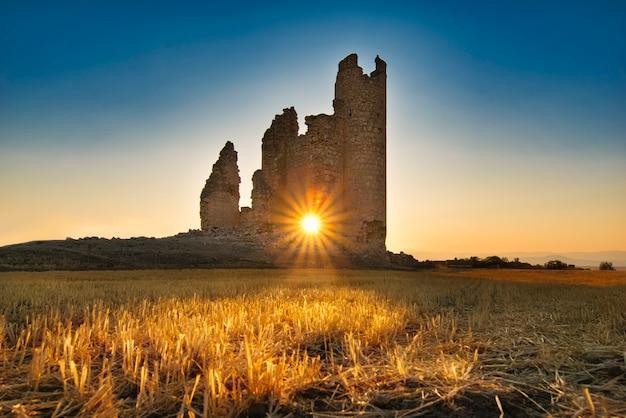 Zonsondergang in caudilla-kasteel. toledo, spanje
