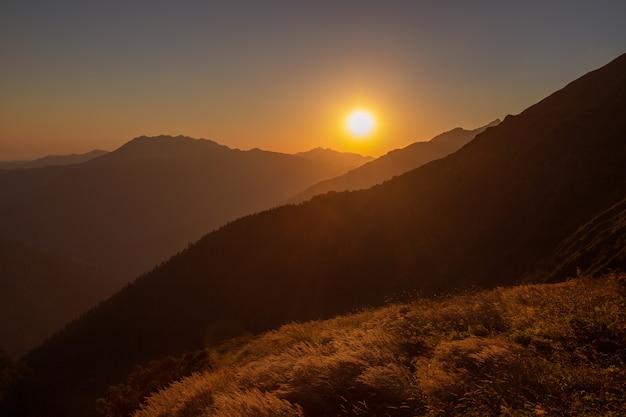 Zonsondergang in de bergen een schilderachtig natuurlijk landschap.