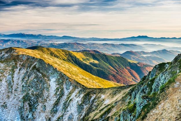 Zonsondergang in de bergen. landschap met heuvels, lucht en wolken