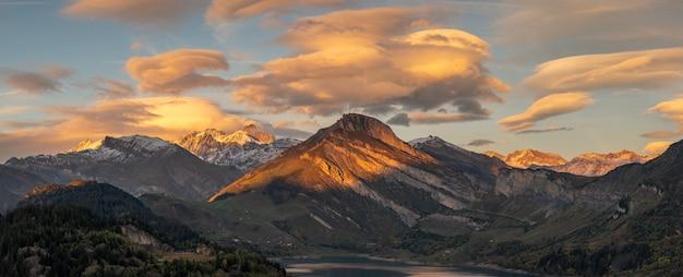 Zonsondergang in de bergen met reflectie op een meer in de alpen