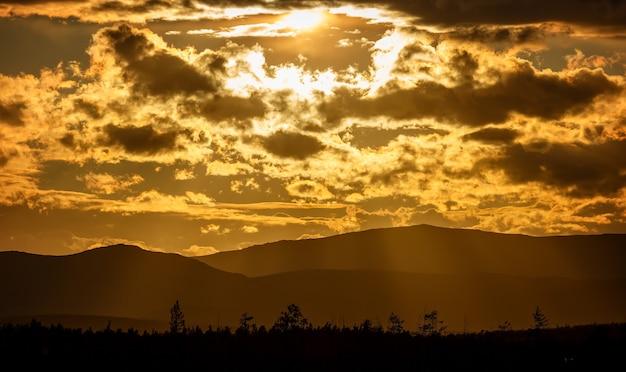 Zonsondergang in de bergen van khibiny, kola-schiereiland, rusland