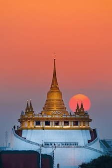 Zonsondergang in de buurt van gouden berg in bangkok