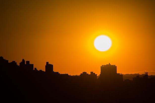 Zonsondergang in de buurt van vrijheid in belo horizonte