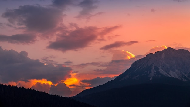 Zonsondergang in de dolomieten bij candide, veneto, italië