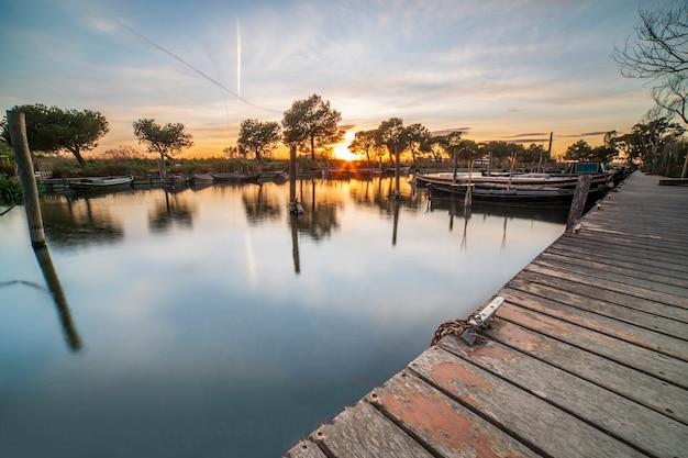 Zonsondergang in de haven van catarroja in albufera van valencia.