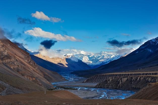 Zonsondergang in de himalaya. spiti valley