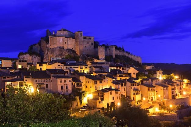 Zonsondergang in de middeleeuwse stad van alquezar, huesca provincie, aragon, spanje