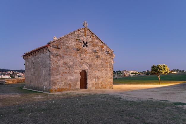 Zonsondergang in de oude kluis van la lanzada in galicië