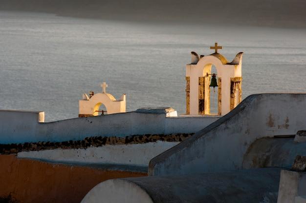 Zonsondergang in de santorini-archipel in de stad oia.