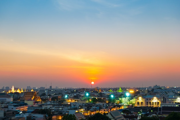 Zonsondergang in de stad van bangkok.