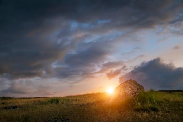 Zonsondergang in de steppe, een mooie avondhemel