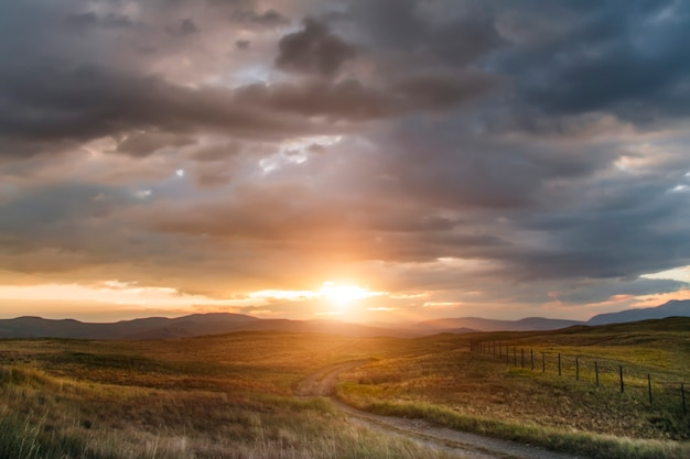 Zonsondergang in de steppe, een prachtige avondlucht