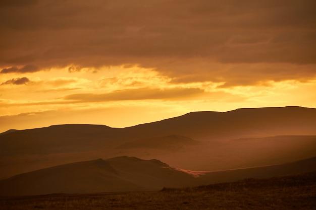 Zonsondergang in de woestijn, de zonnestralen schijnen