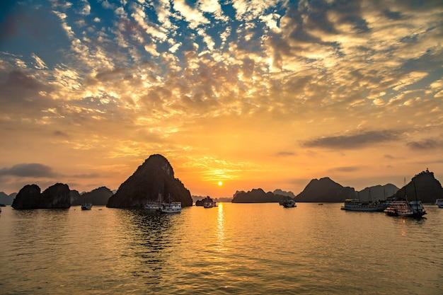 Zonsondergang in halong-baai, vietnam in een de zomerdag