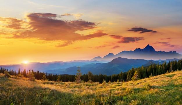 Zonsondergang in het landschap van bergen