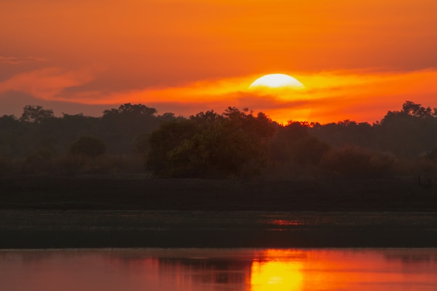 Zonsondergang in het meer. prachtige zonsondergang achter de wolken boven het meer landschap