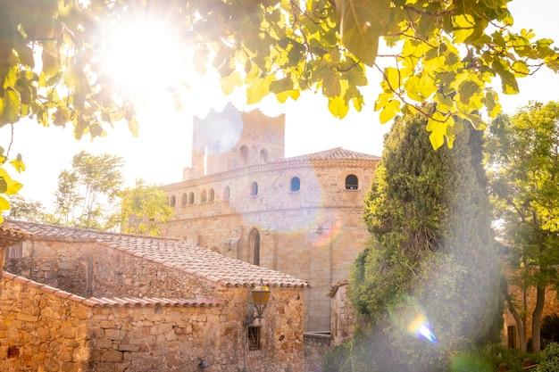 Zonsondergang in het middeleeuwse dorp pals, straten van het historische centrum in de schemering, girona aan de costa brava van catalonië in de middellandse zee
