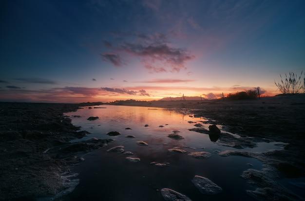 Zonsondergang in het natuurlijke gebied van de monding van de guadalhorce malaga