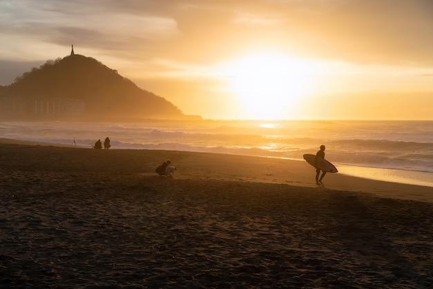 Zonsondergang in het strand van san sebastian