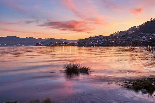 Zonsondergang in het vissersdorp combarro in galicië