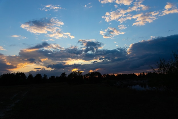 Zonsondergang in het wild op de rivier. Premium Foto